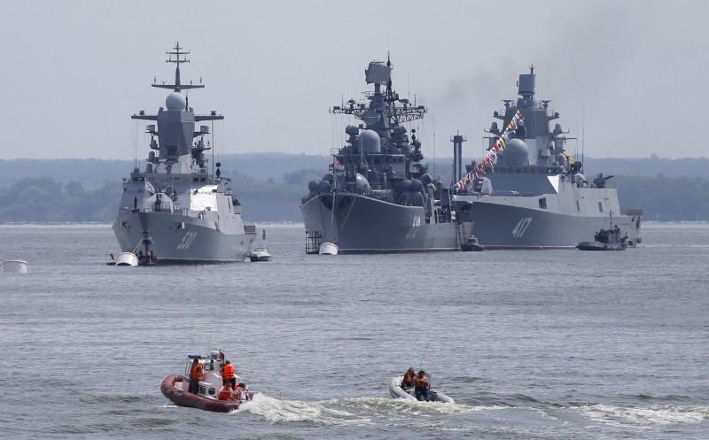 Akdeniz'e doğru seyreden Rus savaş gemileri Süveyş Kanalı'ndan geçti